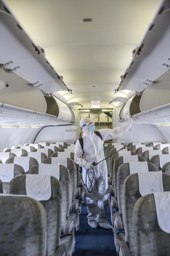 Cận cảnh khử trùng máy bay từ Đài Loan về Tân Sơn Nhất để phòng chống Covid-19  - Ảnh 5.