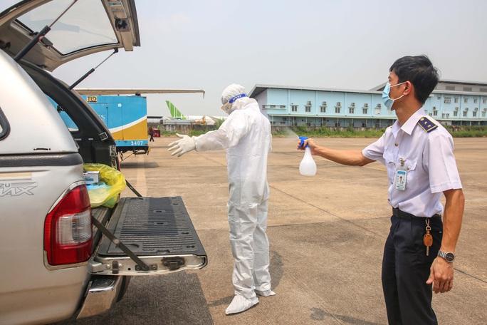 Cận cảnh khử trùng máy bay từ Đài Loan về Tân Sơn Nhất để phòng chống Covid-19  - Ảnh 11.