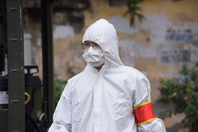 CLIP: Binh chủng Hoá học phun tiêu độc khử trùng tại phố Trúc Bạch - Ảnh 3.