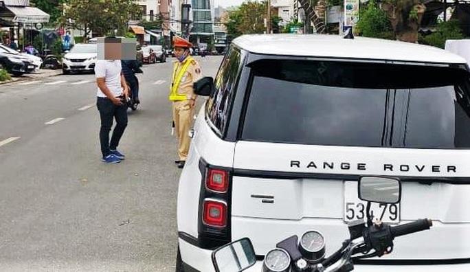 Tự lắp biển số vào xe sang, tài xế bị phạt 22,5 triệu đồng - Ảnh 1.