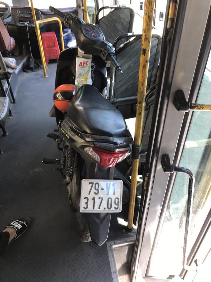 Bí ẩn chiếc xe gắn máy trên xe buýt - Ảnh 1.