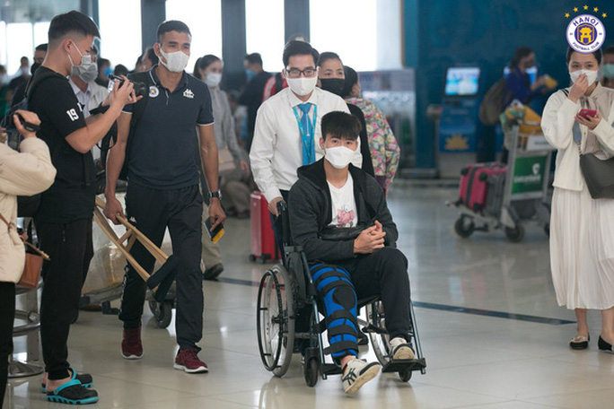 Duy Mạnh sang Singapore phẫu thuật chấn thương - Ảnh 1.