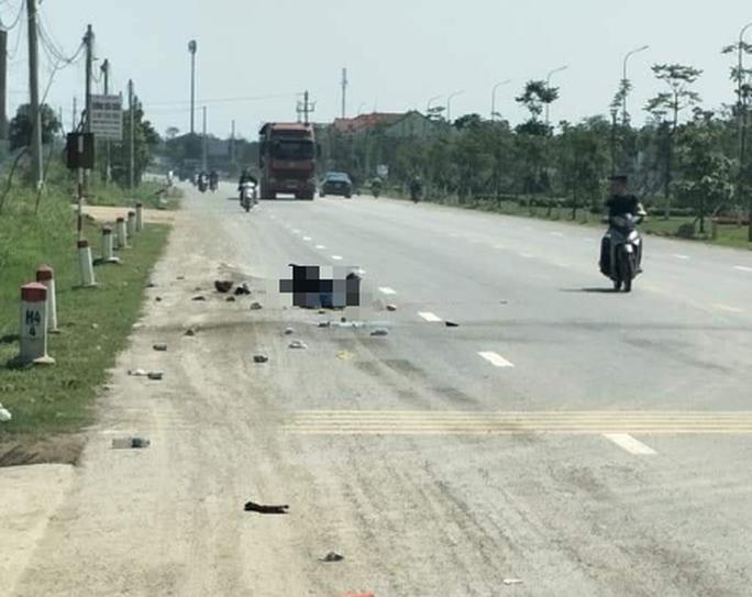 Xe tải tông, kéo lê xe máy khoảng 50 m, mẹ và con trai chết thảm trên đường về quê - Ảnh 1.