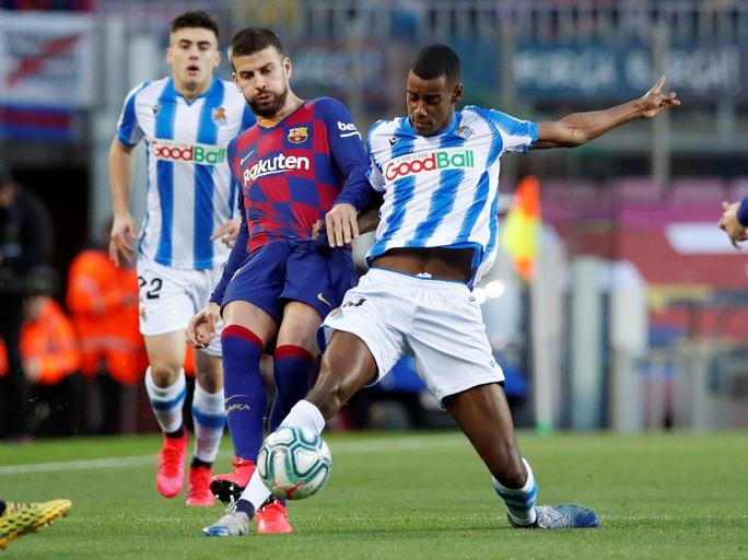Hậu siêu kinh điển, Barcelona chật vật về đỉnh bảng La Liga - Ảnh 1.