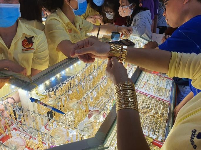 Giá vàng SJC, USD đồng loạt lao dốc - Ảnh 1.