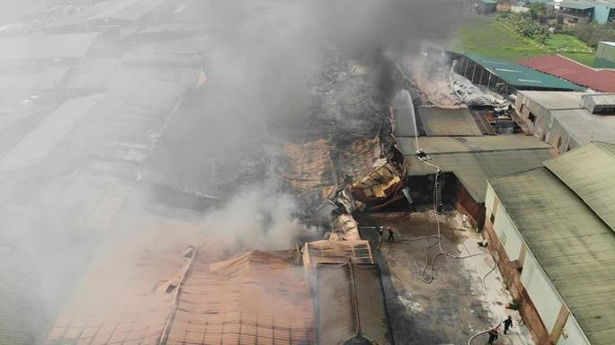 Cháy lớn tại khu xưởng rộng hơn 1.000 m2 trong khu công nghiệp - Ảnh 2.