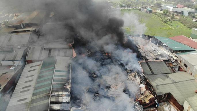 Cháy lớn tại khu xưởng rộng hơn 1.000 m2 trong khu công nghiệp - Ảnh 4.