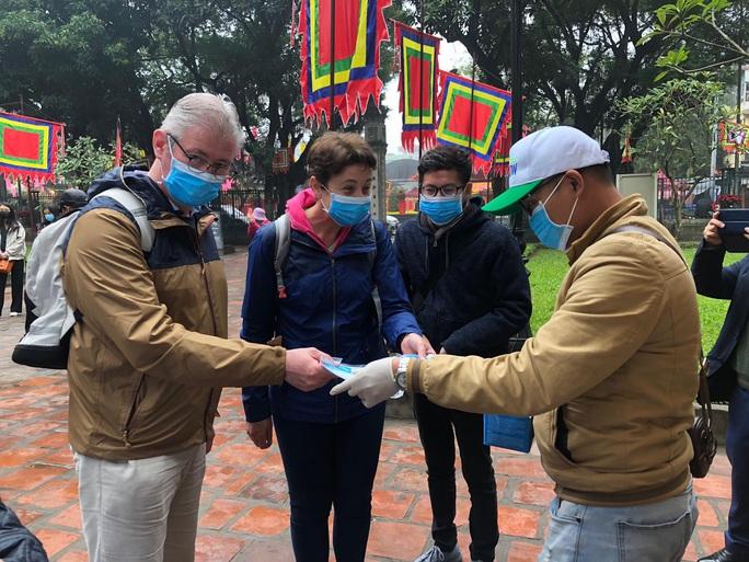 10 khách sạn ở Hà Nội đã đón 36 khách nước ngoài bay cùng chuyến với bệnh nhân Covid-19 thứ 17 - Ảnh 1.
