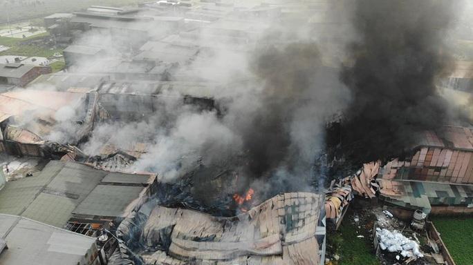 Cháy lớn tại khu xưởng rộng hơn 1.000 m2 trong khu công nghiệp - Ảnh 1.
