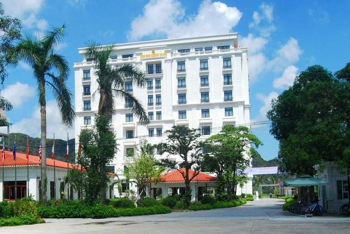 Cách ly 90 người nước ngoài tại 3 khách sạn do có 12 khách bay cùng ca Covid-19 thứ 17 lưu trú - Ảnh 1.