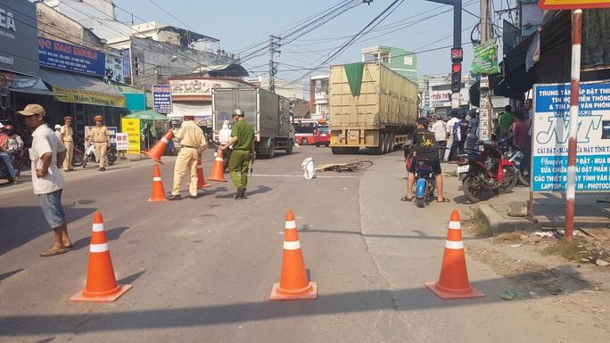 Người phụ nữ đi xe đạp chết thảm dưới bánh xe container - Ảnh 1.