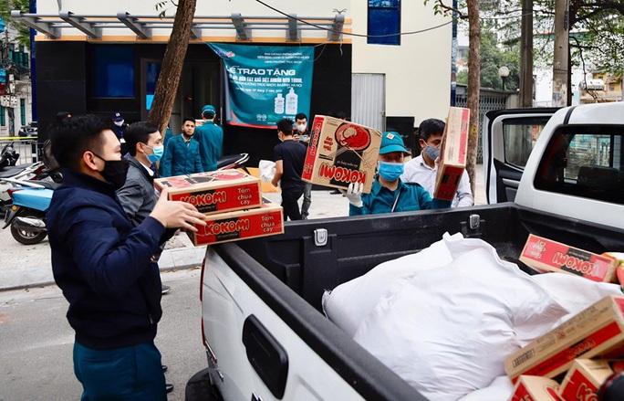 195 người dân cách ly ở phố Trúc Bạch được cung cấp đầy đủ nhu yếu phẩm - Ảnh 2.