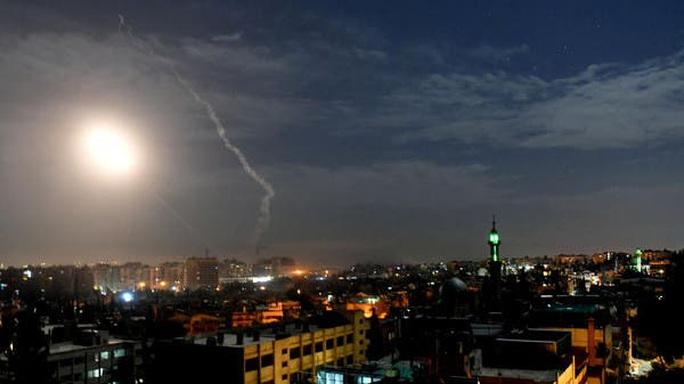 Chiến đấu cơ Israel dội tên lửa Syria, bị phòng không đánh chặn - Ảnh 1.