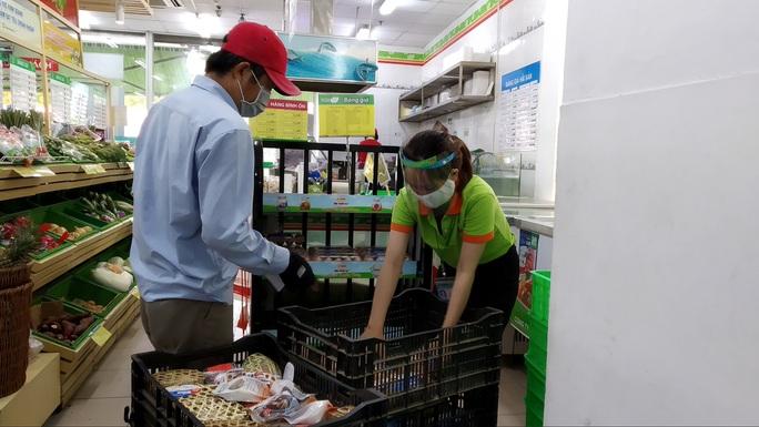 TP HCM: Chợ, siêu thị vắng hoe trong ngày đầu cách ly toàn xã hội - Ảnh 5.