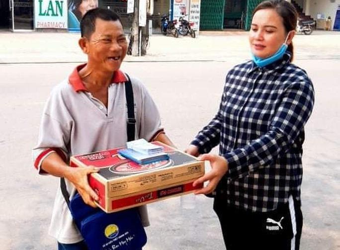 Người bán vé số Tam Kỳ, Hội An xúc động nhận hỗ trợ gạo, mỳ tôm - Ảnh 4.