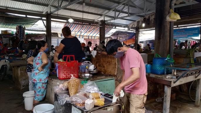 TP HCM: Chợ, siêu thị vắng hoe trong ngày đầu cách ly toàn xã hội - Ảnh 2.