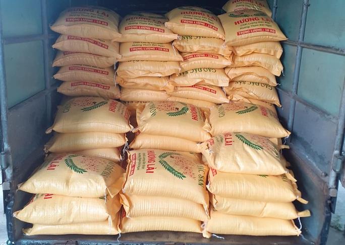 Người bán vé số Tam Kỳ, Hội An xúc động nhận hỗ trợ gạo, mỳ tôm - Ảnh 1.