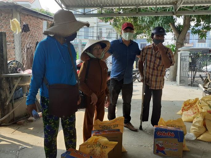Người bán vé số Tam Kỳ, Hội An xúc động nhận hỗ trợ gạo, mỳ tôm - Ảnh 3.