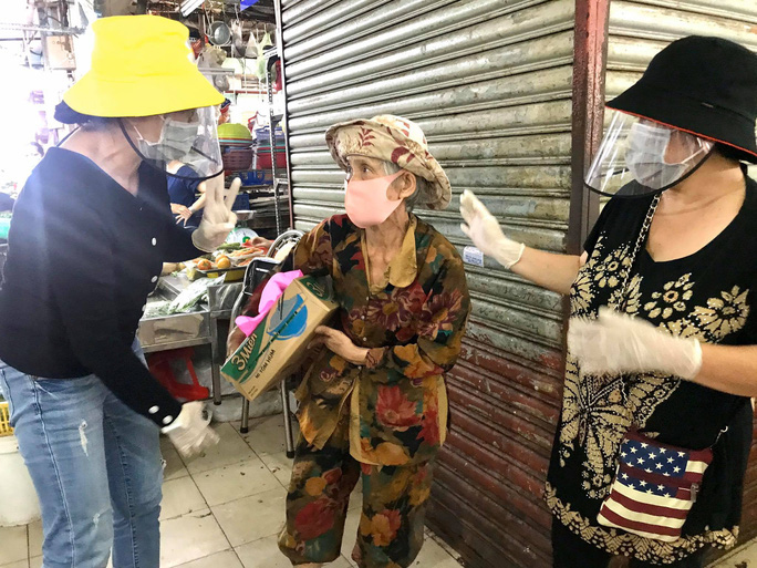 Ba nghệ sĩ mang tiền, mì gói đến tận chợ trao cho người bán vé số - Ảnh 6.