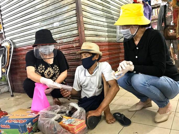 Ba nghệ sĩ mang tiền, mì gói đến tận chợ trao cho người bán vé số - Ảnh 4.