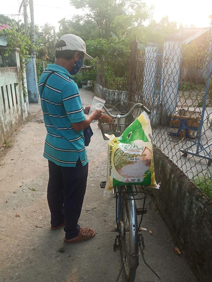 Người bán vé số Tam Kỳ, Hội An xúc động nhận hỗ trợ gạo, mỳ tôm - Ảnh 5.