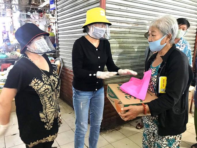 Ba nghệ sĩ mang tiền, mì gói đến tận chợ trao cho người bán vé số - Ảnh 2.