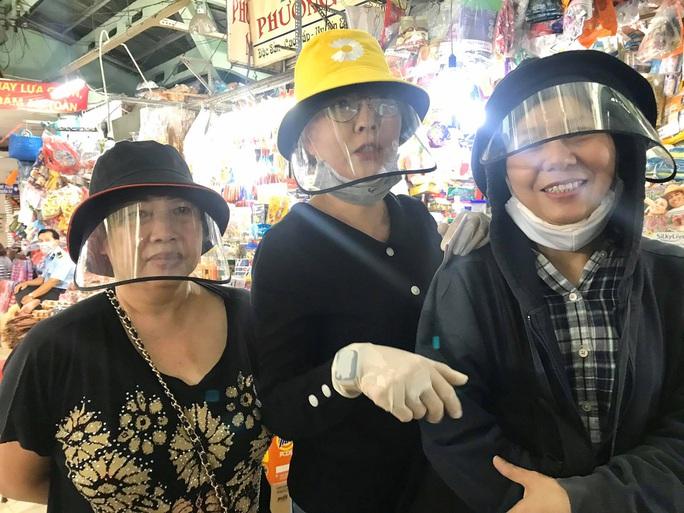 Ba nghệ sĩ mang tiền, mì gói đến tận chợ trao cho người bán vé số - Ảnh 1.