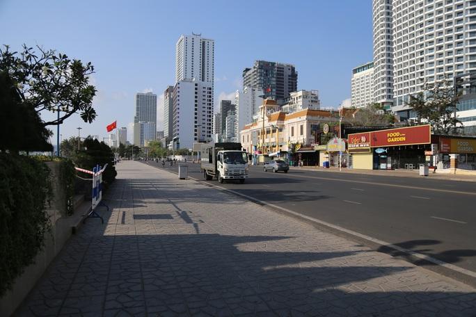 Đường phố thưa thớt người qua lại trong ngày đầu cách ly toàn xã hội  - Ảnh 3.