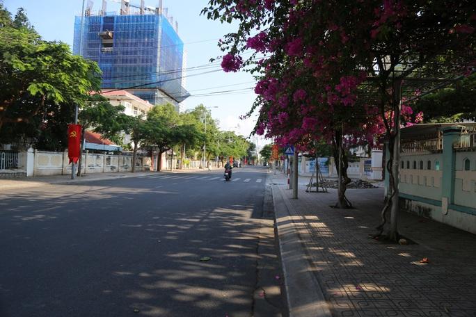 Đường phố thưa thớt người qua lại trong ngày đầu cách ly toàn xã hội  - Ảnh 11.