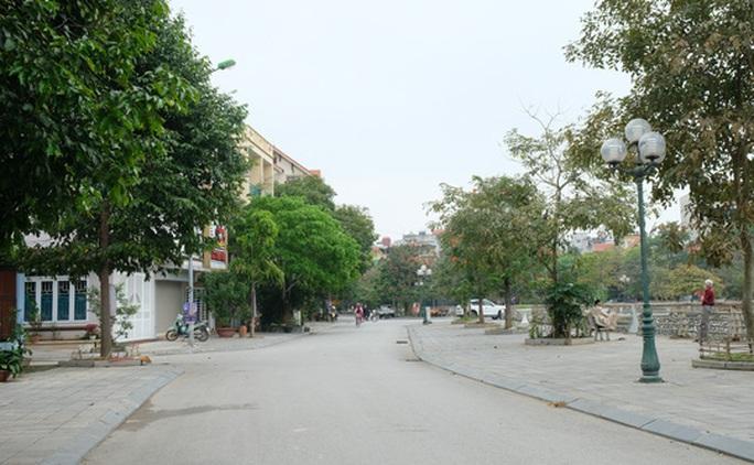 Đường phố thưa thớt người qua lại trong ngày đầu cách ly toàn xã hội  - Ảnh 16.