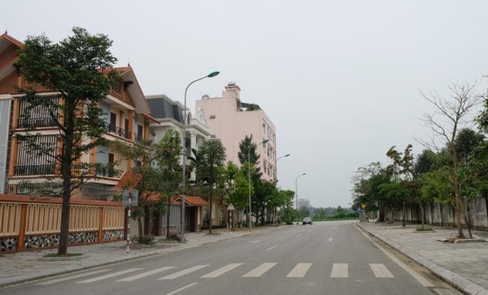Đường phố thưa thớt người qua lại trong ngày đầu cách ly toàn xã hội  - Ảnh 20.