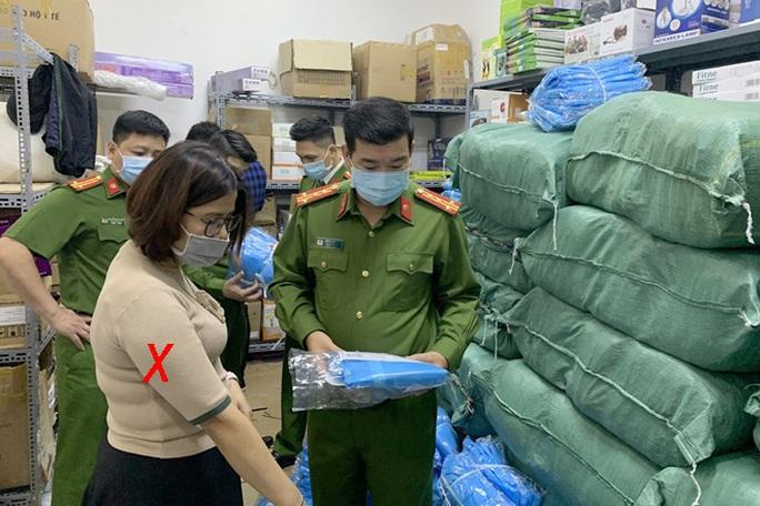 Bắt phó giám đốc công ty làm giả 1.300 bộ quần áo bảo hộ phòng dịch Covid-19 - Ảnh 1.