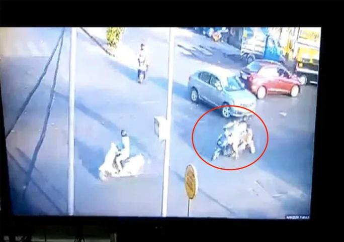 Chạy xe kéo lê cảnh sát 50 m để trốn kiểm tra Covid-19 - Ảnh 2.