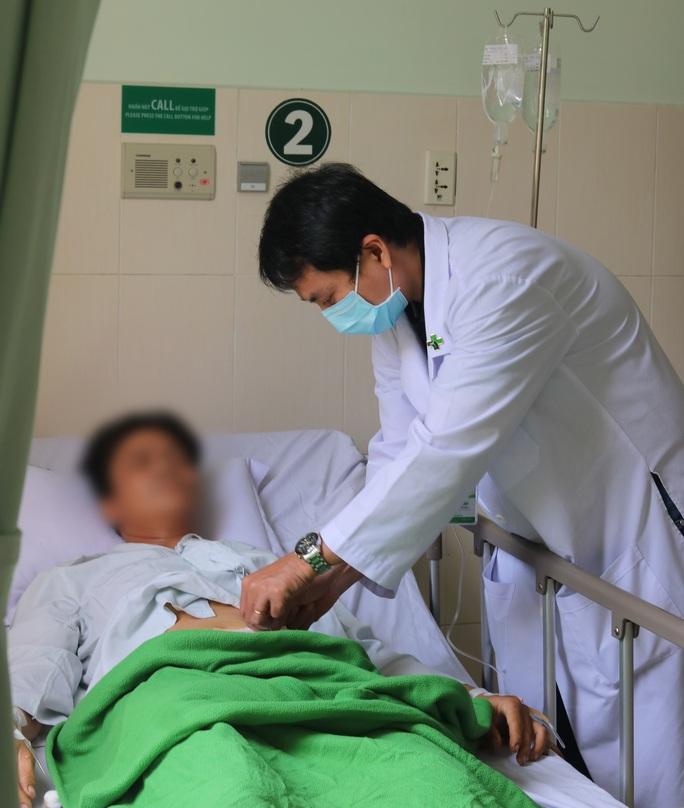 Người đàn ông bị vỡ bàng quang suýt chết do cố nhịn tiểu khi nhậu - Ảnh 1.