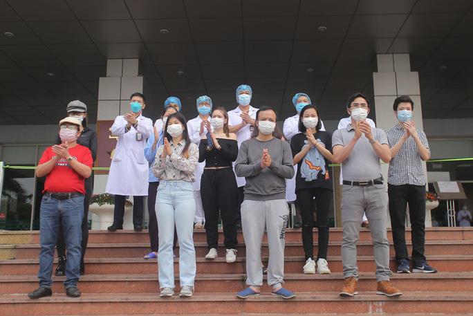 Nữ điều dưỡng Bệnh viện Bạch Mai cùng 8 bệnh nhân Covid-19 được công bố khỏi bệnh - Ảnh 1.