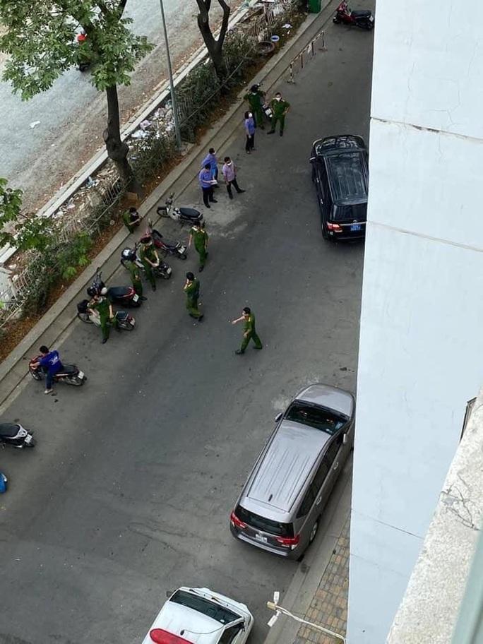 Công an TP HCM đang phong tỏa hiện trường nơi tiến sĩ Bùi Quang Tín rơi lầu - Ảnh 2.