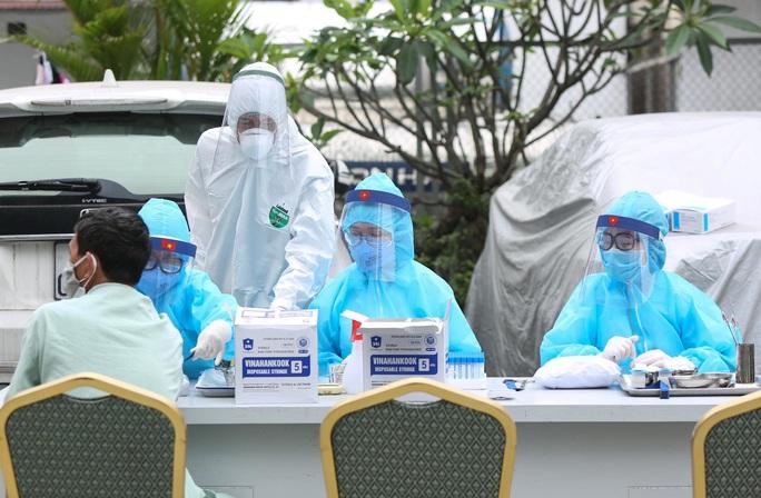 Xét nghiệm toàn bộ y bác sĩ, bệnh nhân Bệnh viện thận Hà Nội liên quan đến ca Covid-19 số 254 - Ảnh 13.