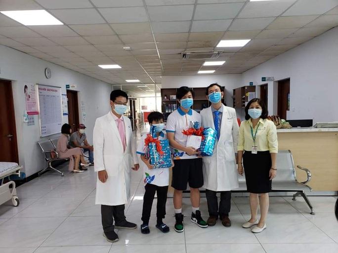 TP HCM: Bé trai 10 tuổi mắc Covid-19 được xuất viện - Ảnh 1.