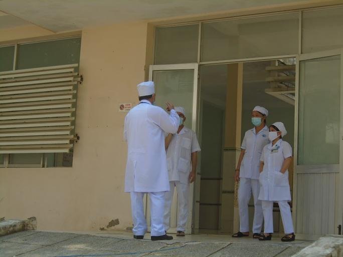 Vỡ òa niềm vui khi 2 bệnh nhân Covid-19 cuối cùng ở Bình Thuận xuất viện - Ảnh 1.
