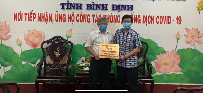 Báo Người Lao Động tặng 25 máy đo thân nhiệt cho tỉnh Bình Định - Ảnh 1.