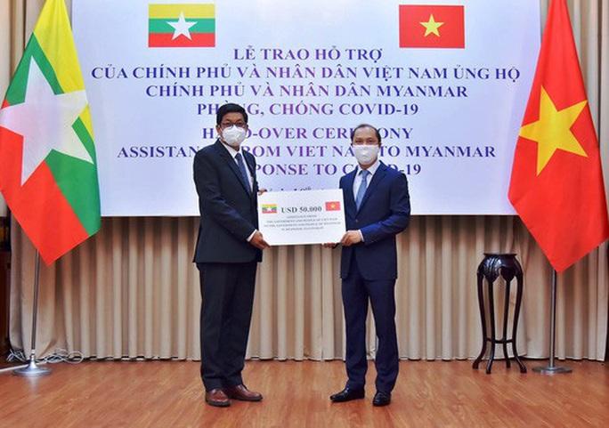 Việt Nam trao quà trị giá 50.000 USD hỗ trợ Myanmar - Ảnh 1.