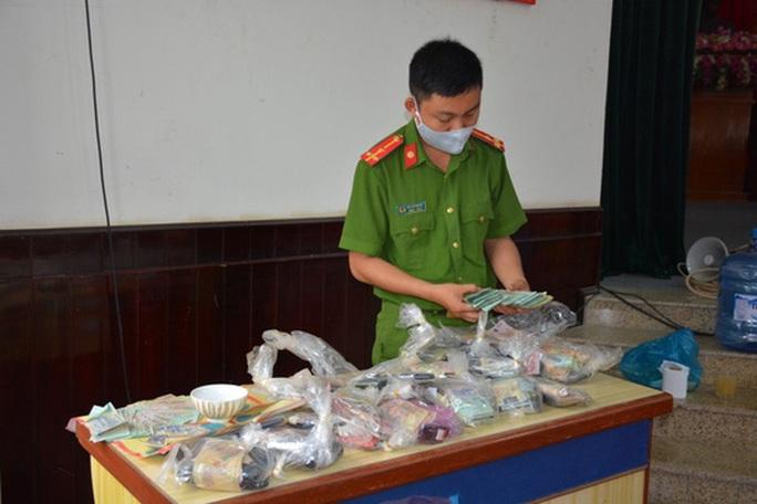 Quảng Nam: Phá tụ điểm đánh bạc siêu khủng, bắt giữ 41 người - Ảnh 2.