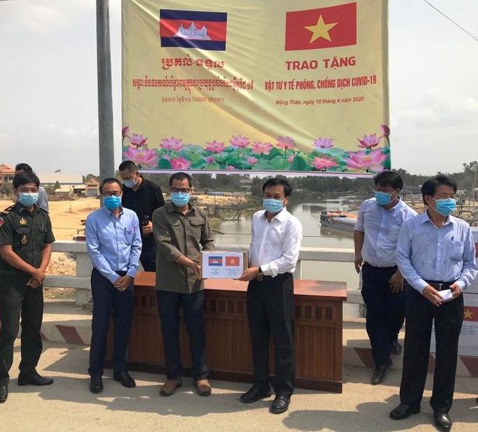 Tặng vật tư y tế cho Campuchia phòng, chống dịch Covid-19 - Ảnh 1.