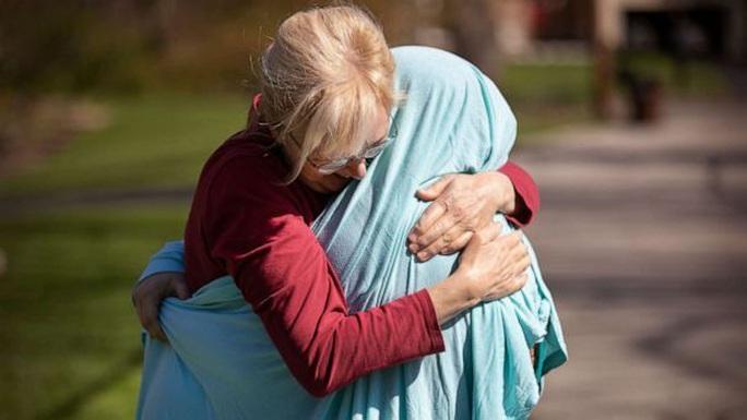 Khao khát ôm con gái, mẹ quấn vải để tránh Covid-19 - Ảnh 1.