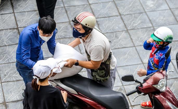 Người dân giãn cách 2 m nhận gạo từ cây ATM gạo đầu tiên ở Hà Nội - Ảnh 7.