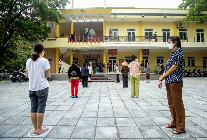 Người dân giãn cách 2 m nhận gạo từ cây ATM gạo đầu tiên ở Hà Nội - Ảnh 3.