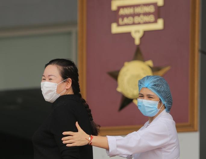 Nữ điều dưỡng Bệnh viện Bạch Mai mắc Covid-19: Tôi đã phải cố bò dậy ăn cốc cháo nguội - Ảnh 4.