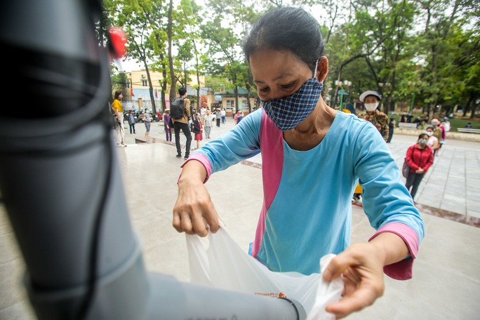 Người dân giãn cách 2 m nhận gạo từ cây ATM gạo đầu tiên ở Hà Nội - Ảnh 11.