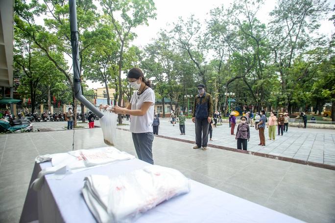 Người dân giãn cách 2 m nhận gạo từ cây ATM gạo đầu tiên ở Hà Nội - Ảnh 5.