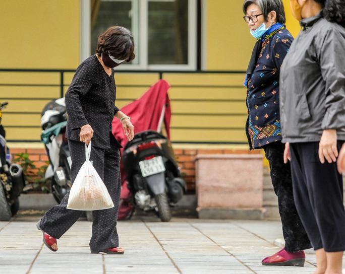 Người dân giãn cách 2 m nhận gạo từ cây ATM gạo đầu tiên ở Hà Nội - Ảnh 15.